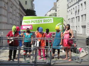 PussyRiotSoliAktionGrueneFrauenWienVorRussischerBotschaftMitMasken_19juni2012